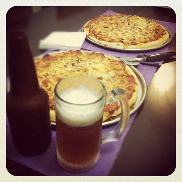 Pizzas y cerveza casera